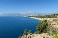 Παραλία Konyaalti και τα Taurus βουνά σε Antalya, Τουρκία Στοκ φωτογραφίες με δικαίωμα ελεύθερης χρήσης