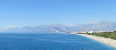 Παραλία Konyaalti και τα Taurus βουνά σε Antalya, Τουρκία Στοκ εικόνα με δικαίωμα ελεύθερης χρήσης