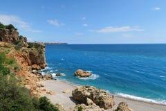 Παραλία Konyaalti σε Antalya και τους απότομους βράχους - Τουρκία Στοκ φωτογραφίες με δικαίωμα ελεύθερης χρήσης