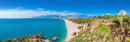 Παραλία Konyaalti στη δημοφιλή παραθεριστική πόλη Antalya, Τουρκία Στοκ Εικόνα