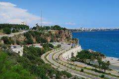 Παραλία Konyaalti, τα Taurus βουνά και οι απότομοι βράχοι σε Antalya, στην Τουρκία Στοκ Εικόνα