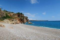 Παραλία Konyaalti, τα Taurus βουνά και οι απότομοι βράχοι σε Antalya, στην Τουρκία Στοκ φωτογραφία με δικαίωμα ελεύθερης χρήσης
