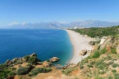 Παραλία Konyaalti, τα Taurus βουνά και οι απότομοι βράχοι σε Antalya, στην Τουρκία Στοκ Φωτογραφίες