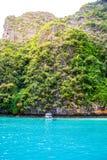 Παραλία Krabi και βάρκα βουνών στην όμορφη παραλία, Ταϊλάνδη Στοκ εικόνα με δικαίωμα ελεύθερης χρήσης