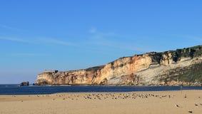 Παραλία Nazare του Ατλαντικού Ωκεανού κατά τη διάρκεια Στοκ φωτογραφία με δικαίωμα ελεύθερης χρήσης