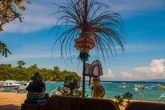 Παραλία Padangbai Νησί Ινδονησία του Μπαλί Ο λιμένας με τις βάρκες και τις παραδοσιακές από το Μπαλί διακοσμήσεις Στοκ Εικόνες