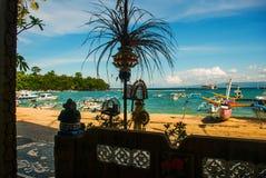 Παραλία Padangbai Νησί Ινδονησία του Μπαλί Ο λιμένας με τις βάρκες και τις παραδοσιακές από το Μπαλί διακοσμήσεις Στοκ Εικόνα