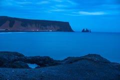 Παραλία Reynisfjara & μπλε ώρα Στοκ Εικόνες
