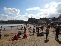 Παραλία Scarborough σε έναν ηλιόλουστο το απόγευμα της Κυριακής Στοκ φωτογραφία με δικαίωμα ελεύθερης χρήσης