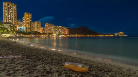 Παραλία Waikiki τη νύχτα στοκ εικόνα με δικαίωμα ελεύθερης χρήσης