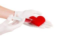 Παραδίδει τα γάντια, το σύμβολο συρίγγων και καρδιών Απομονωμένος στο λευκό ταινία μέτρου υγείας έννοιας μήλων Στοκ φωτογραφία με δικαίωμα ελεύθερης χρήσης