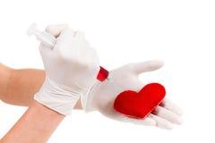 Παραδίδει τα γάντια, το σύμβολο συρίγγων και καρδιών Απομονωμένος στο λευκό ταινία μέτρου υγείας έννοιας μήλων Στοκ εικόνα με δικαίωμα ελεύθερης χρήσης