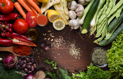 Παραλλαγή των λαχανικών και των καρυκευμάτων στον πίνακα Στοκ εικόνα με δικαίωμα ελεύθερης χρήσης