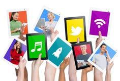 Παραλλαγή των ψηφιακών ταμπλετών εκμετάλλευσης χεριών με τις κοινωνικές έννοιες μέσων στοκ εικόνες