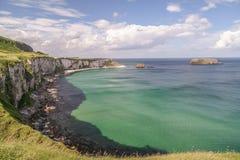 Παραλιών λευκιά βόρεια Ιρλανδία νερού άμμου γαλαζοπράσινη Στοκ εικόνα με δικαίωμα ελεύθερης χρήσης