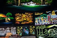 Παραδοσιακά αγαθά βιοτεχνίας Lankan Sri και έργα ζωγραφικής καμβά για την πώληση σε ένα κατάστημα Στοκ Εικόνες