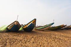 Παραδοσιακά αλιευτικά σκάφη στην παραλία, Puri, Orissa, Ινδία Στοκ εικόνα με δικαίωμα ελεύθερης χρήσης