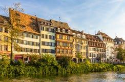 Παραδοσιακά αλσατικά κτήρια πέρα από τον ανεπαρκή ποταμό στο Στρασβούργο Στοκ φωτογραφία με δικαίωμα ελεύθερης χρήσης