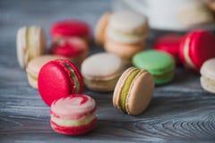 Παραδοσιακά γαλλικά ζωηρόχρωμα macarons σειρές σε ένα κιβώτιο Στοκ Εικόνα
