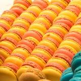 Παραδοσιακά γαλλικά ζωηρόχρωμα macarons σειρές Στοκ φωτογραφία με δικαίωμα ελεύθερης χρήσης