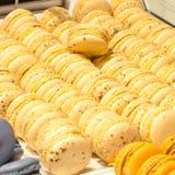 Παραδοσιακά γαλλικά ζωηρόχρωμα macarons σειρές Στοκ Εικόνα