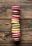 Παραδοσιακά γαλλικά ζωηρόχρωμα macarons Στοκ Φωτογραφία