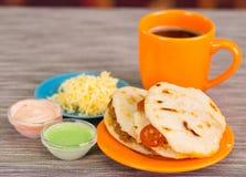 Παραδοσιακά εύγευστα arepas, τεμαχισμένο τυρί αβοκάντο κοτόπουλου και τυριού Cheddar και τεμαχισμένο βόειο κρέας με το ξυμένο τυρ Στοκ Εικόνες