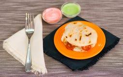 Παραδοσιακά εύγευστα arepas, τεμαχισμένο τυρί αβοκάντο κοτόπουλου και τυριού Cheddar και τεμαχισμένο βόειο κρέας με το ξυμένο τυρ Στοκ Φωτογραφίες