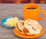 Παραδοσιακά εύγευστα arepas, τεμαχισμένο τυρί αβοκάντο κοτόπουλου και τυριού Cheddar και τεμαχισμένο βόειο κρέας Στοκ Φωτογραφίες