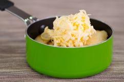 Παραδοσιακά εύγευστα arepas, τεμαχισμένο τυρί αβοκάντο κοτόπουλου και τυριού Cheddar και τεμαχισμένο βόειο κρέας μέσα της πράσινη Στοκ εικόνα με δικαίωμα ελεύθερης χρήσης