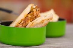 Παραδοσιακά εύγευστα arepas, τεμαχισμένο τυρί αβοκάντο κοτόπουλου και τυριού Cheddar και τεμαχισμένο βόειο κρέας μέσα της πράσινη Στοκ φωτογραφία με δικαίωμα ελεύθερης χρήσης