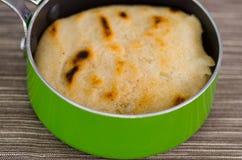 Παραδοσιακά εύγευστα arepas, τεμαχισμένο τυρί αβοκάντο κοτόπουλου και τυριού Cheddar και τεμαχισμένο βόειο κρέας μέσα της πράσινη Στοκ Φωτογραφία