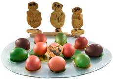 """Παραδοσιακά ελληνικά μπισκότα """"Lazarakia† με χρωματισμένα τα Πάσχα αυγά στοκ εικόνα με δικαίωμα ελεύθερης χρήσης"""