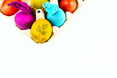 Παραδοσιακά διακοσμημένα αυγά στο κιβώτιο αυγών χαρτοκιβωτίων Στοκ φωτογραφίες με δικαίωμα ελεύθερης χρήσης