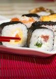Παραδοσιακά ιαπωνικά σούσια τροφίμων Ιαπωνικά σούσια κινηματογραφήσεων σε πρώτο πλάνο σε ένα BAM Στοκ εικόνα με δικαίωμα ελεύθερης χρήσης