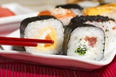 Παραδοσιακά ιαπωνικά σούσια τροφίμων Ιαπωνικά σούσια κινηματογραφήσεων σε πρώτο πλάνο σε ένα BAM Στοκ Φωτογραφίες