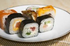 Παραδοσιακά ιαπωνικά σούσια τροφίμων Ιαπωνικά σούσια κινηματογραφήσεων σε πρώτο πλάνο σε ένα BAM Στοκ Φωτογραφία