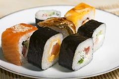 Παραδοσιακά ιαπωνικά σούσια τροφίμων Ιαπωνικά σούσια κινηματογραφήσεων σε πρώτο πλάνο σε ένα BAM Στοκ Εικόνα