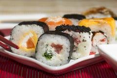Παραδοσιακά ιαπωνικά σούσια τροφίμων Ιαπωνικά σούσια κινηματογραφήσεων σε πρώτο πλάνο σε ένα BAM Στοκ Εικόνες
