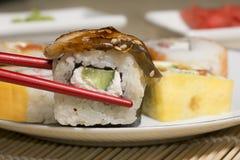 Παραδοσιακά ιαπωνικά σούσια τροφίμων Ιαπωνικά σούσια κινηματογραφήσεων σε πρώτο πλάνο σε ένα BAM Στοκ φωτογραφία με δικαίωμα ελεύθερης χρήσης