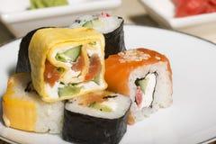 Παραδοσιακά ιαπωνικά σούσια τροφίμων Ιαπωνικά σούσια κινηματογραφήσεων σε πρώτο πλάνο σε ένα BAM Στοκ φωτογραφίες με δικαίωμα ελεύθερης χρήσης