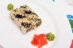Παραδοσιακά ιαπωνικά σούσια τροφίμων Ιαπωνικά σούσια κινηματογραφήσεων σε πρώτο πλάνο σε ένα whi Στοκ εικόνα με δικαίωμα ελεύθερης χρήσης