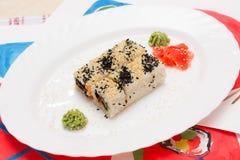 Παραδοσιακά ιαπωνικά σούσια τροφίμων Ιαπωνικά σούσια κινηματογραφήσεων σε πρώτο πλάνο σε ένα whi Στοκ Εικόνες