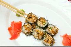 Παραδοσιακά ιαπωνικά σούσια τροφίμων Ιαπωνικά σούσια κινηματογραφήσεων σε πρώτο πλάνο σε ένα whi Στοκ φωτογραφίες με δικαίωμα ελεύθερης χρήσης