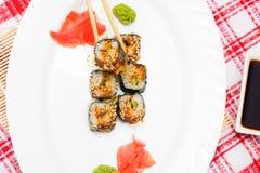 Παραδοσιακά ιαπωνικά σούσια τροφίμων Ιαπωνικά σούσια κινηματογραφήσεων σε πρώτο πλάνο σε ένα whi Στοκ Εικόνα