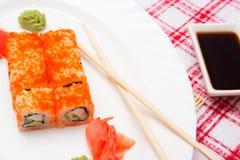 Παραδοσιακά ιαπωνικά σούσια τροφίμων Ιαπωνικά σούσια κινηματογραφήσεων σε πρώτο πλάνο σε ένα whi Στοκ εικόνες με δικαίωμα ελεύθερης χρήσης