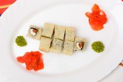Παραδοσιακά ιαπωνικά σούσια τροφίμων Ιαπωνικά σούσια κινηματογραφήσεων σε πρώτο πλάνο σε ένα whi Στοκ Φωτογραφία