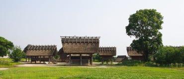 Παραδοσιακά ιαπωνικά σπίτια στο ιστορικό πάρκο Yoshinogari Στοκ φωτογραφία με δικαίωμα ελεύθερης χρήσης