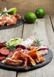 Παραδοσιακά ισπανικά tapas ή ιταλικό antipasti Στοκ Εικόνες