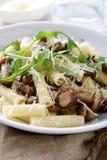 Παραδοσιακά ιταλικά ζυμαρικά με τα μανιτάρια και arugula στο λευκό BO Στοκ φωτογραφίες με δικαίωμα ελεύθερης χρήσης